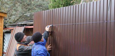 как правильно крепить профлист на забор