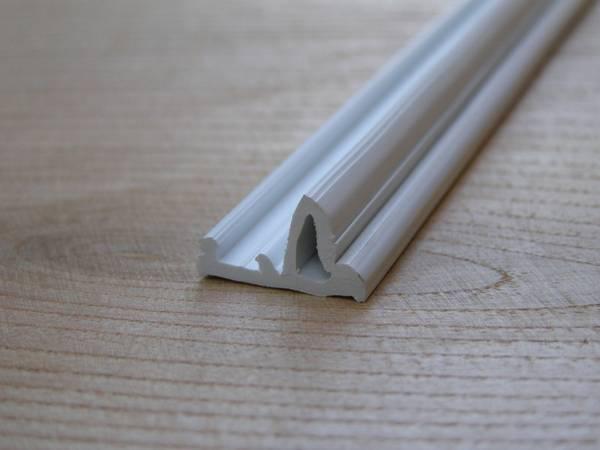 Как правильно приклеить потолочный плинтус к натяжному потолку: пошаговая инструкция