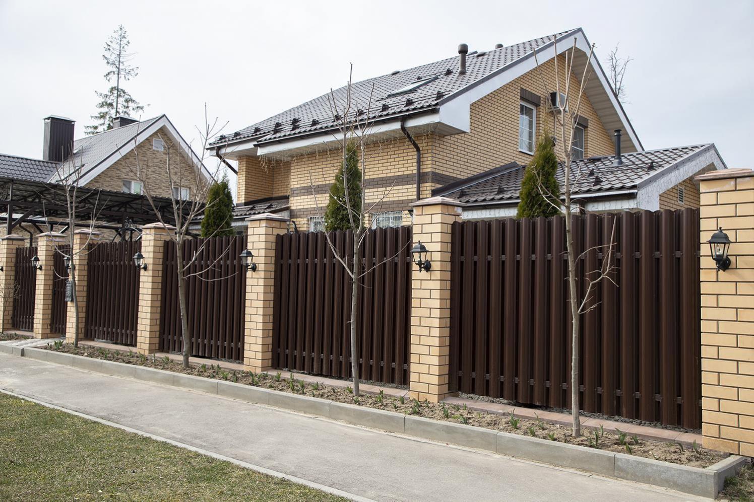 Установка заборов из евроштакетника в москве. цена на забор из евроштакетника под ключ от производителя «дачный забор»
