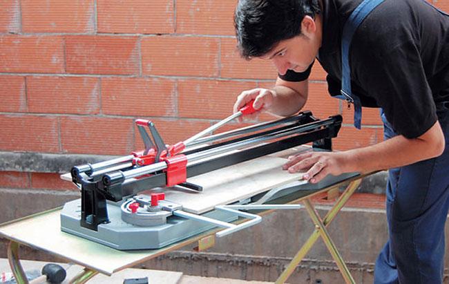 Как резать керамическую плитку плиткорезом: пошаговое руководство