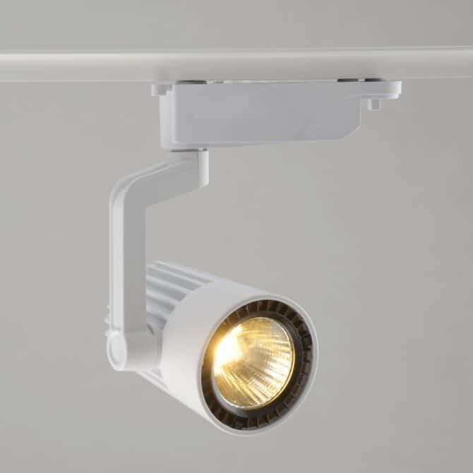трековые светильники на потолке