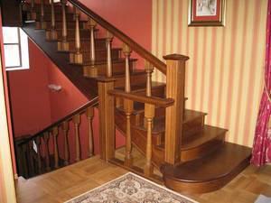 лестница на второй этаж в загородном доме