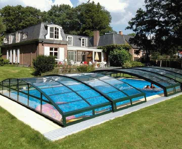бассейн на участке загородного дома