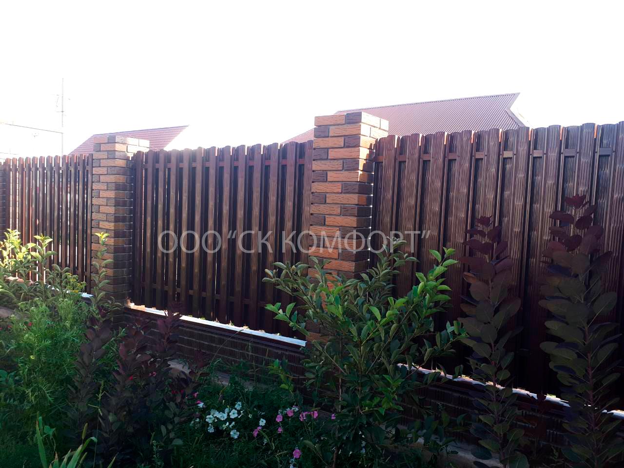 Забор из евроштакетника (74 фото): с кирпичными столбами и двусторонние, с горизонтальным расположением и другие. красивые и интересные образцы