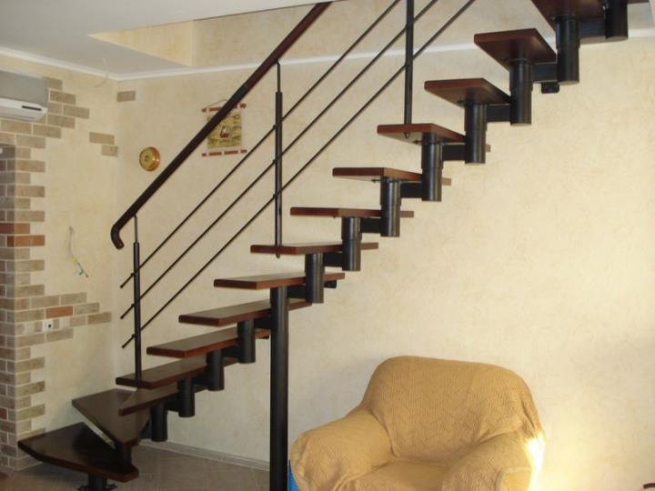 Процесс обшивки металлической лестницы деревом