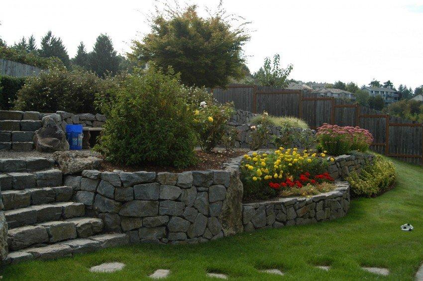 Участок на склоне — особенности ландшафтного дизайна и правила постройки подпорных стен (100 фото)