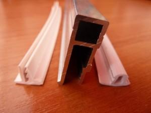 Как приклеить потолочный плинтус к натяжному потолку: монтаж багетов своими руками