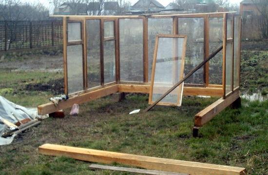 Пример строительства теплицы из оконных рам: пускаем в ход старые окна