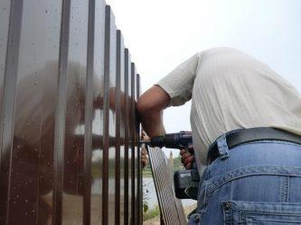 Как правильно крепить профнастил на забор
