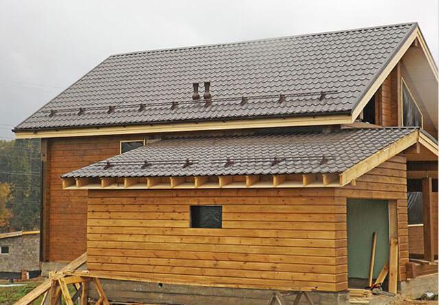 Покрытие крыши металлочерепицей: цена за работу в москве. рассчитать стоимость работ под ключ.