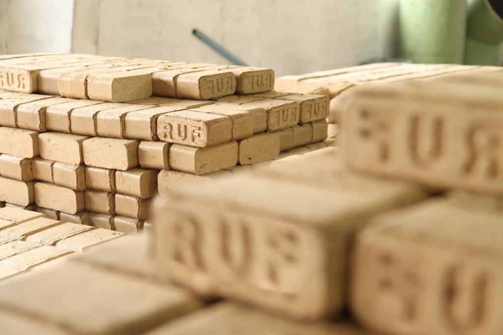 Чем хороши твердотопливные котлы на древесных брикетах