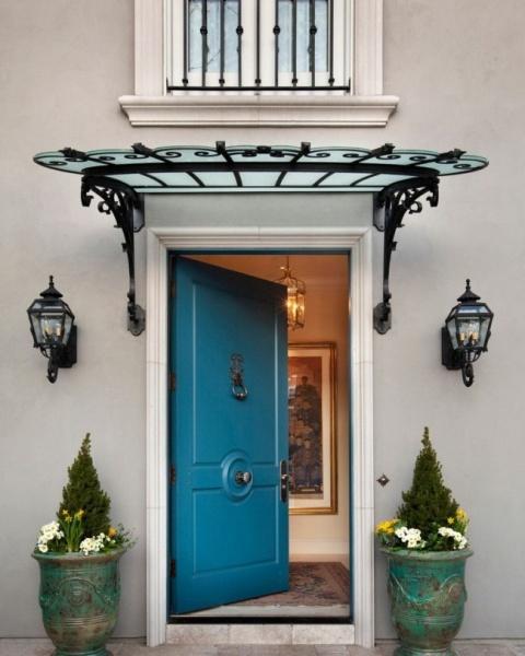 Навес над крыльцом и входной дверью частного дома: фото примеров