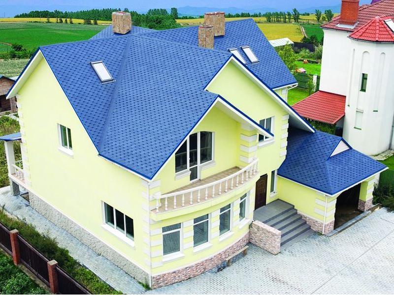 серый дом с коричневой крышей