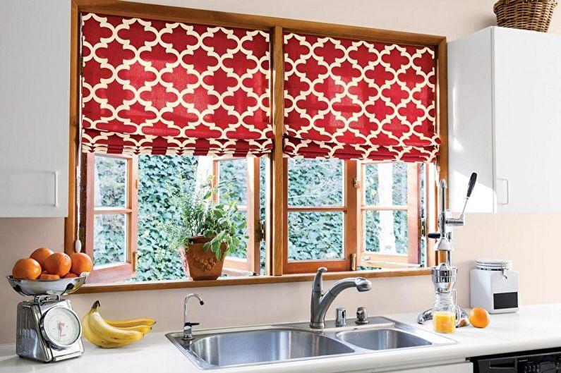 Дизайн красивой, полосатой и короткой тюли на одну сторону с кольцами и штор для кухни