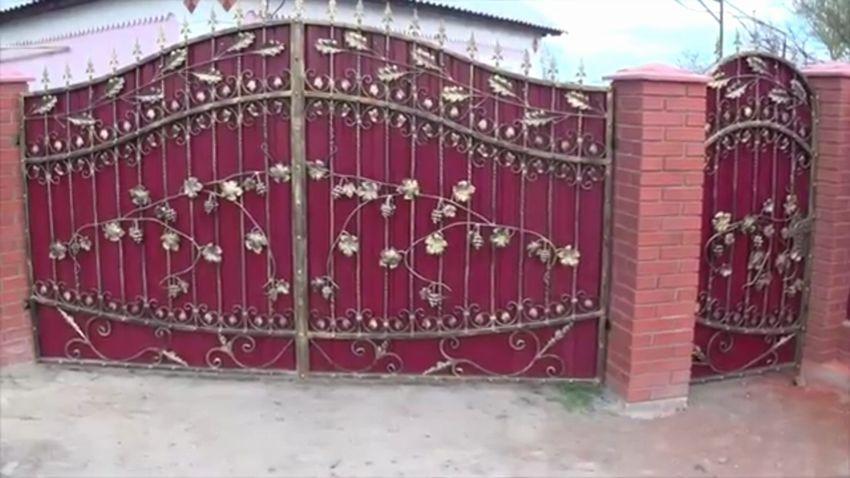 ворота с кованными элементами