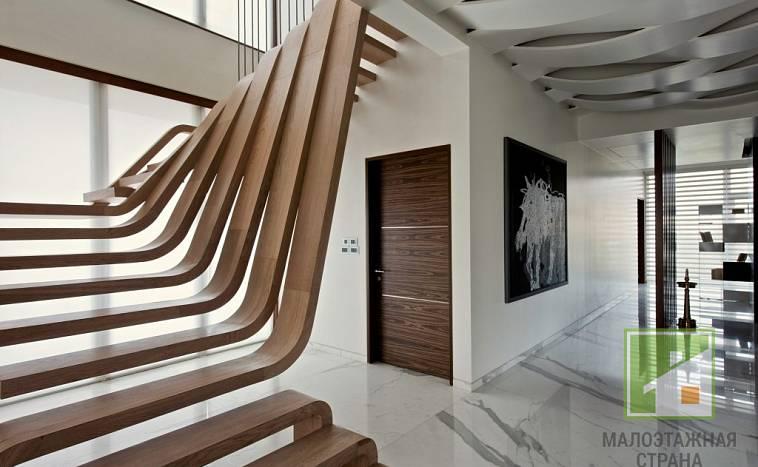 Варианты оформления и расположения лестниц в интерьере загородного дома