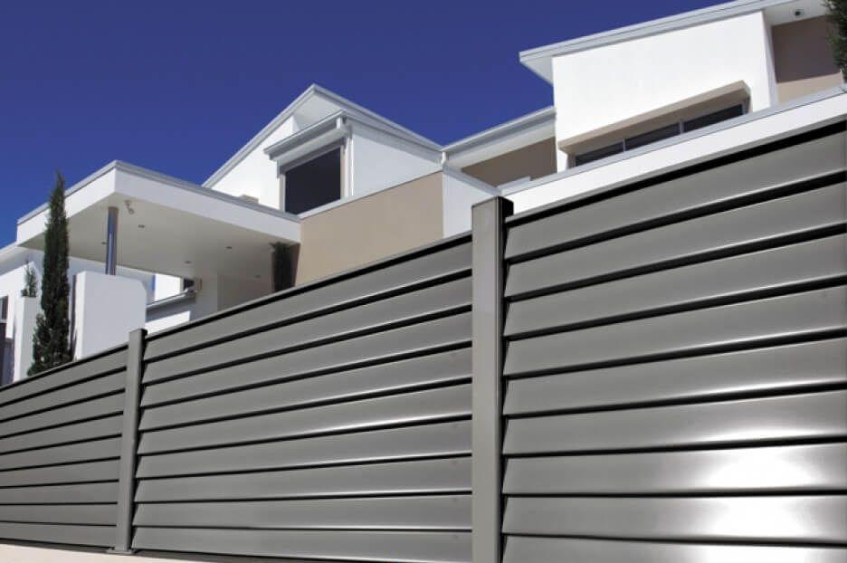 Забор жалюзи (38 фото): металлические горизонтальные заборы, отзывы о жалюзийных изделиях из металла