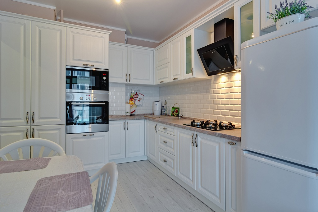 Белая кухня в стиле классика (41 фото): классический интерьер в современном стиле, дизайн кухонного гарнитура с золотом в интерьере черно-белого цвета