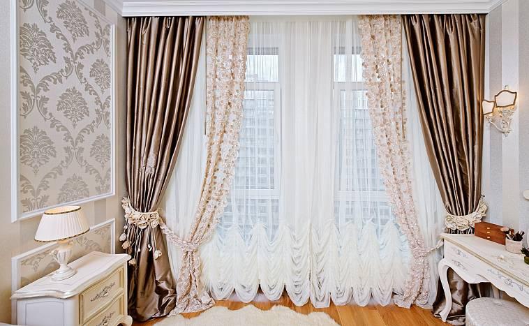 шторы на одну сторону окна в спальне
