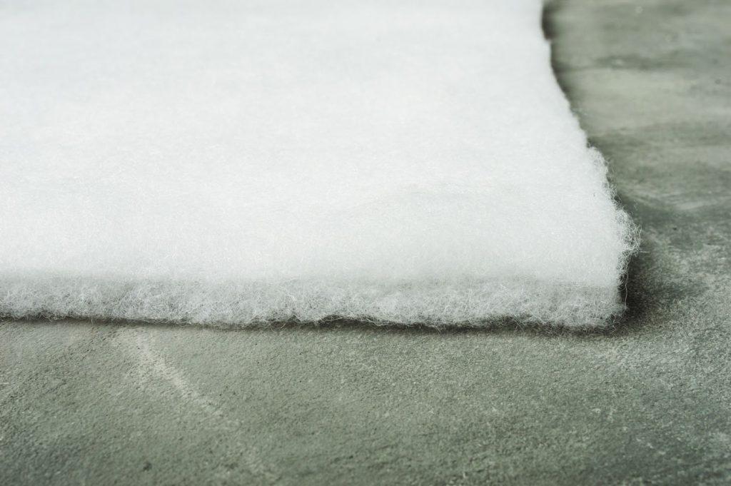 Наполнитель холлофайбер, на какую погоду рассчитан. плюсы и минусы, можно ли стирать?