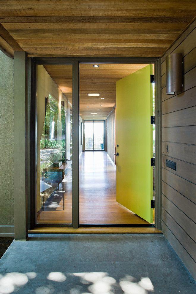 Пластиковая дверь со стеклом - входная и межкомнатная