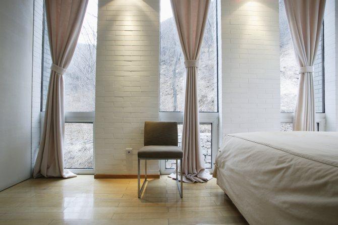 Спальня в серых тонах (89 фото): обои на стенах в дизайне интерьера, спальня серо-белого, сине-серого и светло-серого оттенков. с какими цветами сочетается серый?