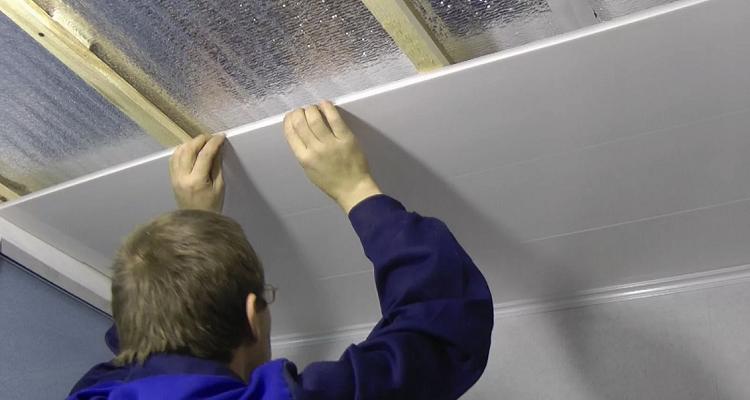 Как правильно обшить потолок пвх панелями - порядок выполнения работ и видео