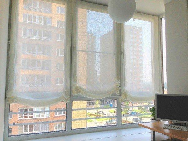 Какие шторы вешают на балкон, чтобы и уютно, и от солнца защищали