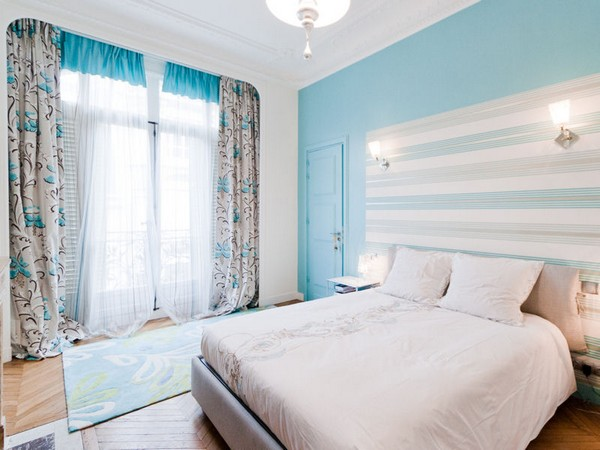 Небесно голубые шторы в интерьере жилых и нежилых помещениях