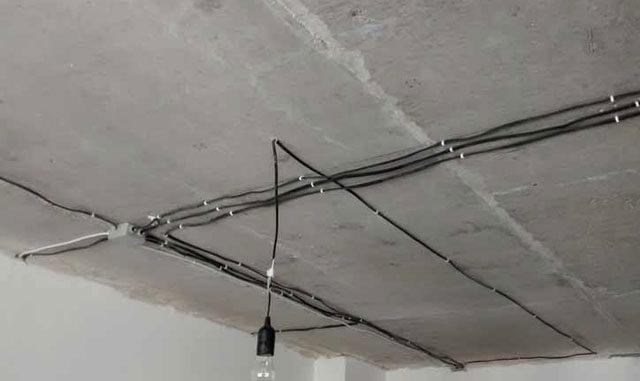 Электрика по потолку: прокладка кабеля, проводка в квартире под натяжным потолком, разводка света в гофре, крепление проводов, чем и как крепить электропроводку к потолку