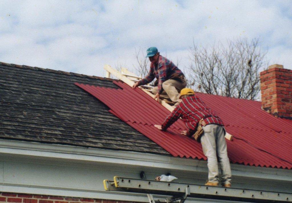 Как перекрыть крышу рубероидом правильно: полезные советы по монтажу