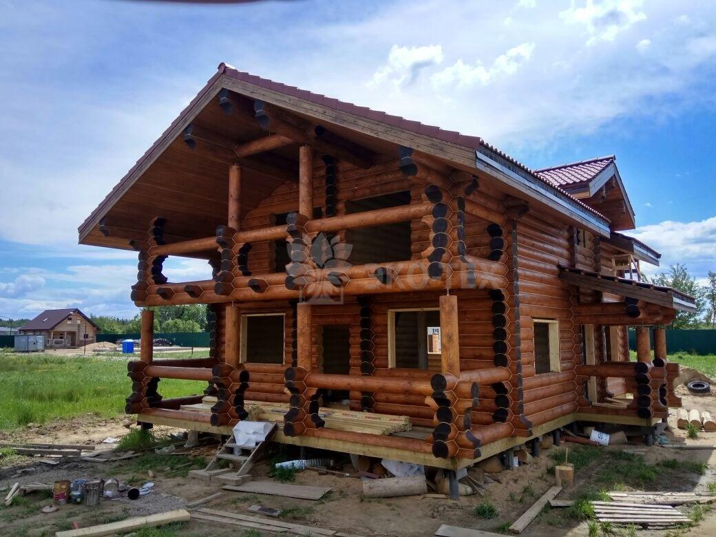 Красивые дома из оцилиндрованного бревна — преимущества и недостатки материала. теплоемкость и эстетичность деревянного сруба. процесс постройки (фото + видео)