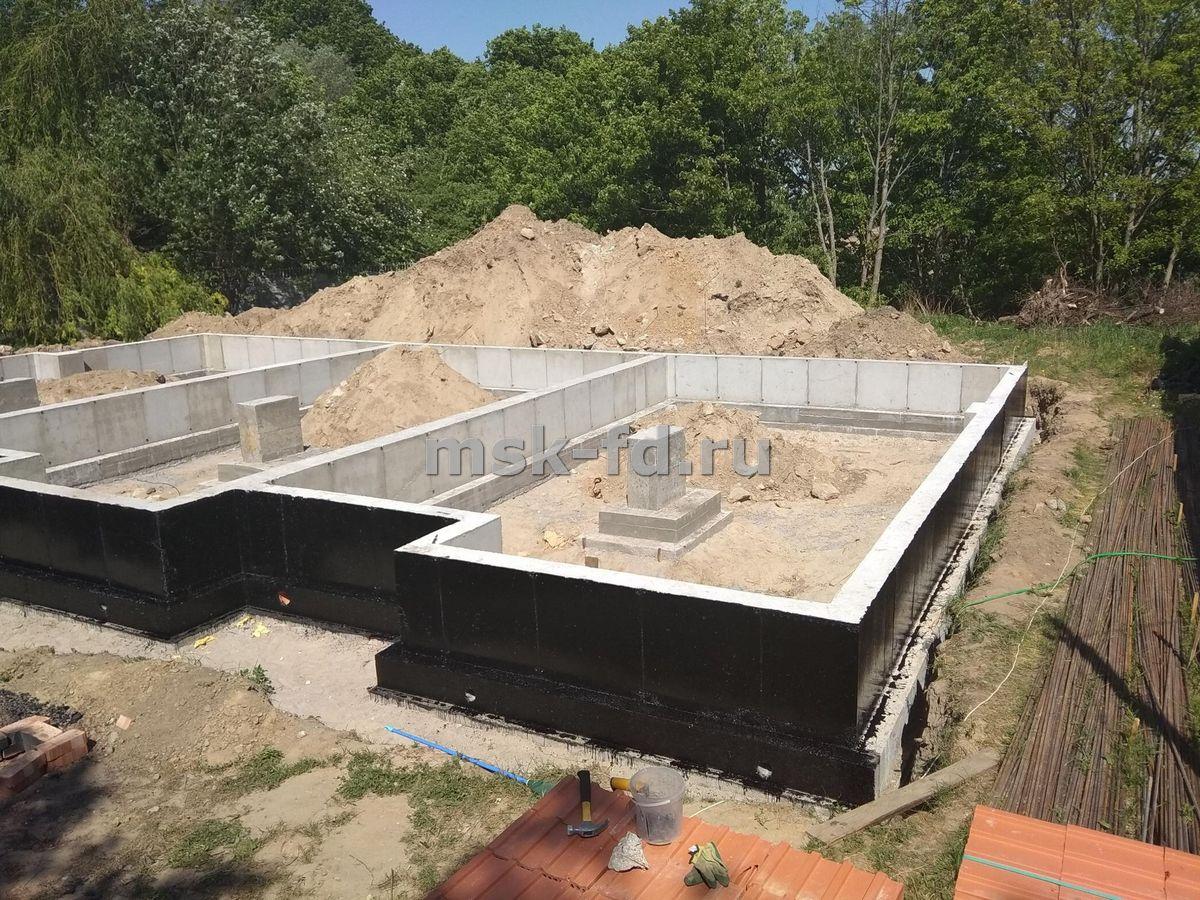 Фундамент 10х10 из плит: цена, сколько стоит залить под дом, стоимость под ключ, а также, как построить своими руками