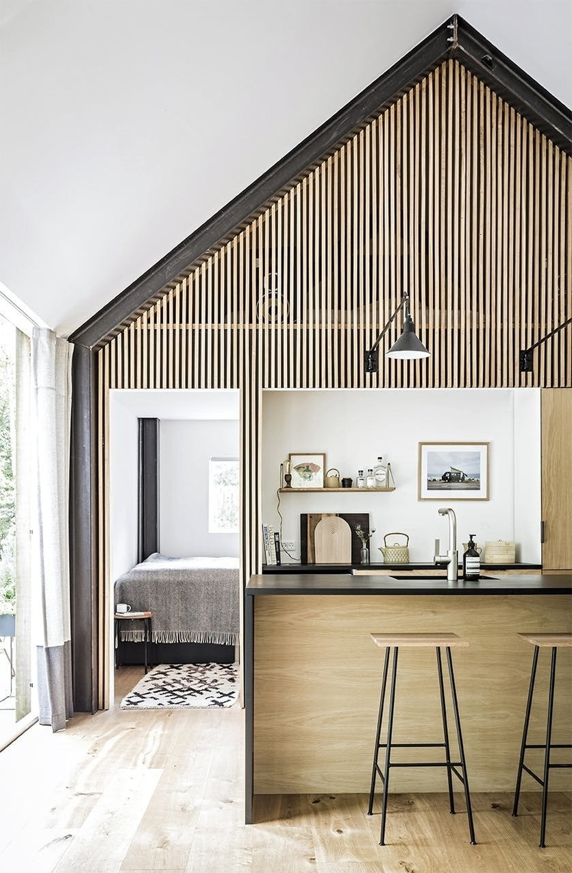 Декоративные рейки для стен и потолков в интерьере: способы отделки и крепление