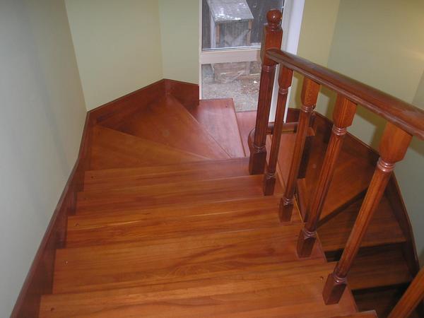 Как выполняется покраска лестницы деревянной