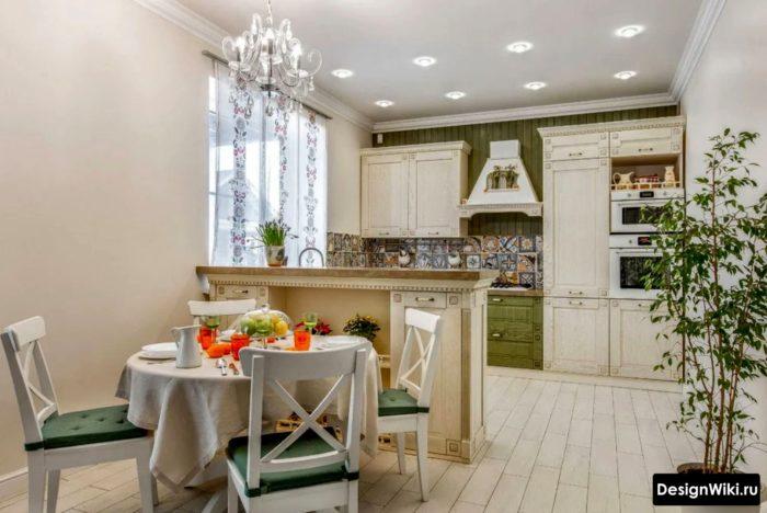 Сиреневая кухня: стены и гарнитур, сочетание низа в серо-сиреневых цветах и верха в белых тонах