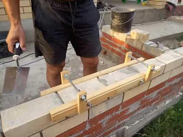 трафарет для стен под кирпич