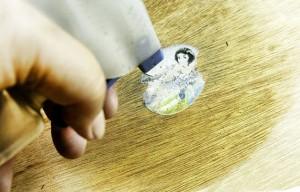 Чем оттереть клей (засохший, космофен, мышиный, эпоксидный, цианакрилатный и т.д.) в домашних условиях: чем можно быстро убрать следы?