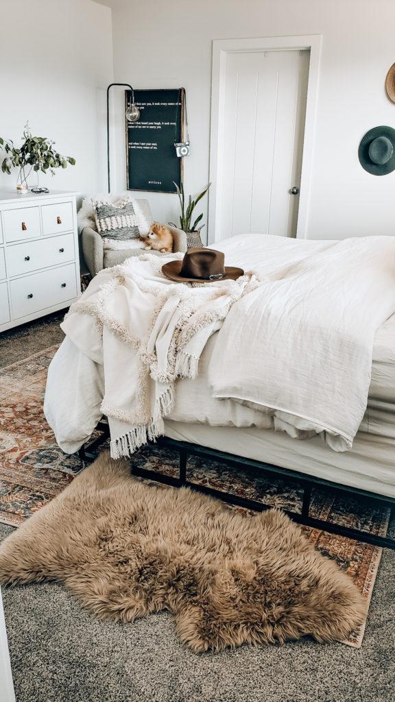 Ковер в спальню - фото примеры необычного дизайна и сочетания в спальне