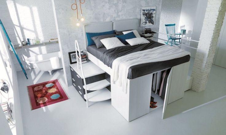 кровать за шторой в гостиной