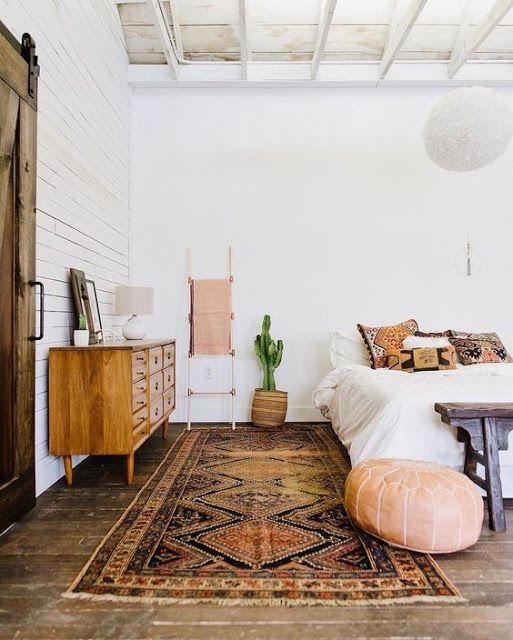 Ковер в спальню - 100 красивых вариантов оформления в интерьере спальни
