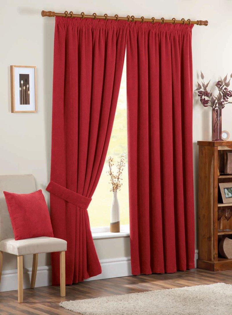 красные шторы в спальне фото