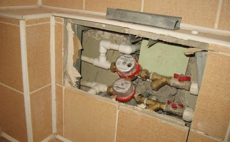 Чем закрыть трубы отопления, как спрятать в стену, в пол, под гипсокартон или плинтус