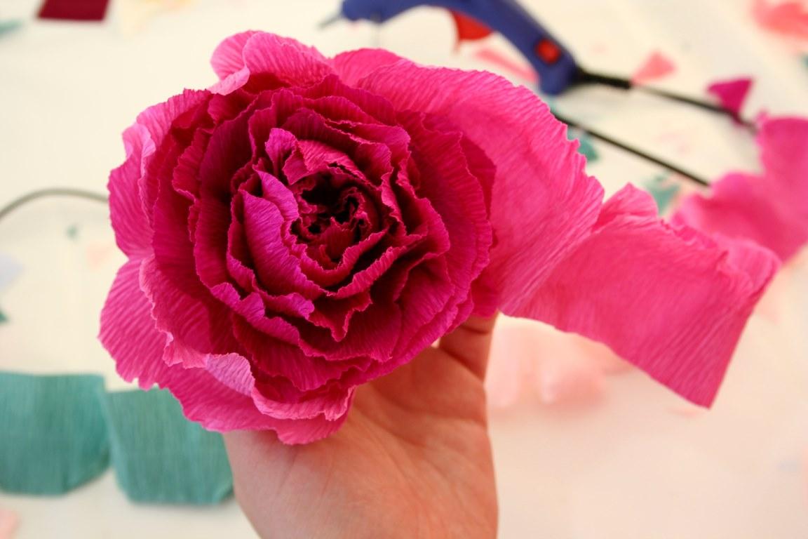 Цветы из гофрированной бумаги с конфетами.мастер-класс+75 фото