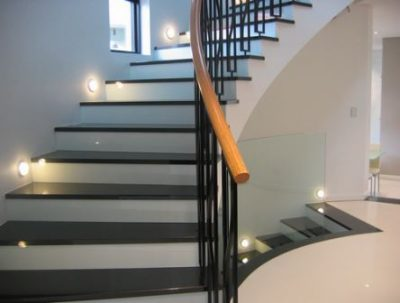 Освещение лестницы в частном доме – ищем красивое, выбираем безопасное, или можно совместить?