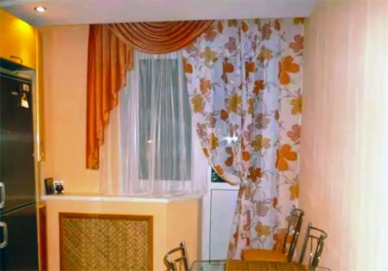 Шторы на кухню с балконной дверью (103 фото): тюль и римские занавески на окно красивые кухонные, варианты оформления