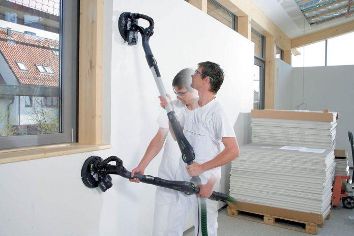 Затирать шпаклевку: как быстро и правильно выполнить работу без пыли на стенах, потолке, на полу и большой плоскости, каковы нюансы финишной зачистки?