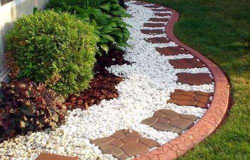 Преимущества пластикового бордюра для обрамления плиточных садовых дорожек
