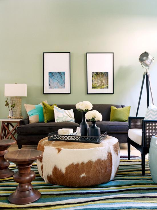 изумрудный диван в интерьере гостиной