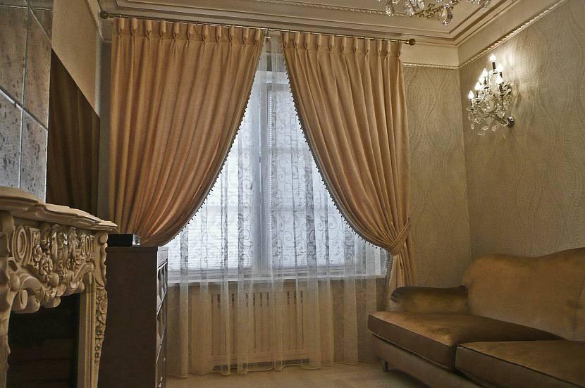 Шторы на одну сторону на кухонное окно, красивый дизайн собранных занавесок с ламбрекеном на люверсах с подхватом в спальню и для зала